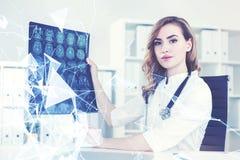 Schöner Doktor, der ein x-Strahlnbild zeigt Lizenzfreie Stockfotos