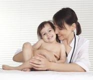 Schöner Doktor mit kleinem Mädchen Lizenzfreie Stockfotos