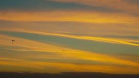 Schöner drastischer Himmel mit einer Person, die parapente tut stock footage