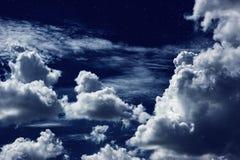 schöner dunkler nächtlicher Himmel mit largev Wolken Stockfoto