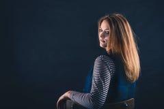 Schöner durchdachter Mädchenabschluß oben in der Dunkelheit Lizenzfreie Stockfotos