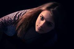 Schöner durchdachter Mädchenabschluß oben in der Dunkelheit Lizenzfreies Stockbild