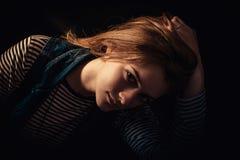 Schöner durchdachter Mädchenabschluß oben in der Dunkelheit Lizenzfreies Stockfoto