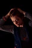 Schöner durchdachter Mädchenabschluß oben in der Dunkelheit Stockfotografie