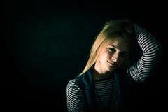 Schöner durchdachter Mädchenabschluß oben in der Dunkelheit Stockbilder