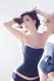 Schöner eleganter Brunette in einem Korsett. lizenzfreie stockfotografie