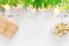 Schöner eleganter Hintergrund des Weihnachtsneuen Jahres Lichtgirlandengrün-Wacholderbuschgeschenkboxen der weißen Sterne funkeln stockbilder