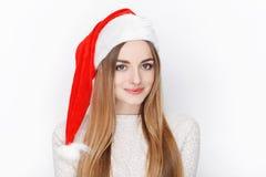Schöner emotionaler blonder weiblicher vorbildlicher Abnutzung Santa Claus-Hut Weihnachts- und guten Rutsch ins Neue Jahr-Grußkon Stockfotografie