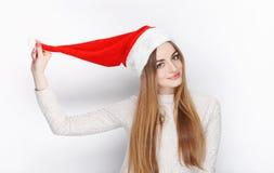 Schöner emotionaler blonder weiblicher vorbildlicher Abnutzung Santa Claus-Hut Weihnachts- und guten Rutsch ins Neue Jahr-Grußkon Lizenzfreie Stockfotografie
