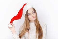 Schöner emotionaler blonder weiblicher vorbildlicher Abnutzung Santa Claus-Hut Weihnachts- und guten Rutsch ins Neue Jahr-Grußkon Stockbilder
