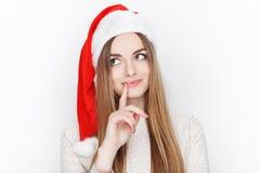 Schöner emotionaler blonder weiblicher vorbildlicher Abnutzung Santa Claus-Hut Weihnachts- und guten Rutsch ins Neue Jahr-Grußkon Lizenzfreies Stockfoto