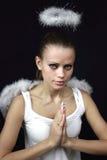 Schöner Engel auf einem schwarzen Hintergrund Stockfotografie