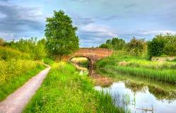 Schöner englischer Fluss und Brücke der Ruhe am Tag noch in buntem HDR Stockfotografie