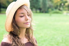 Schöner entspannter Frühling Brunette draußen. Lizenzfreie Stockbilder