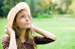 Schöner entspannter Frühling Brunette draußen. Lizenzfreies Stockfoto