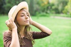 Schöner entspannter Frühling Brunette draußen. Lizenzfreie Stockfotografie