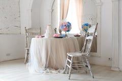 Schöner Entwurf der Hochzeitstafel für die Jungvermählten Heller Luxusinnenraum stockbilder