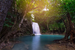 Schöner erawan Wasserfall des Wasserfalls lizenzfreies stockfoto