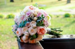 Schöner ernster Brautblumenstrauß einer Braut von den Rosen und eucaly Stockbilder