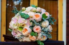 Schöner ernster Brautblumenstrauß einer Braut von den Rosen und eucaly Stockfoto