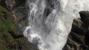 Schöner fallender Wasserfall stock footage