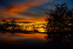 Schöner farbiger Sonnenuntergang im Winter stockfotografie
