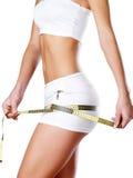 Schöner feamle Körper mit messendem Band. Stockbilder
