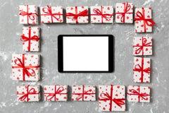 Schöner feierlicher Valentinstag oder anderer Feiertagshintergrund Tablette mit leerem Bildschirm auf dem Zementhintergrund Digit lizenzfreies stockfoto