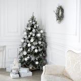 Schöner Feiertag verzierte Raum mit Weihnachtsbaum Lizenzfreies Stockfoto