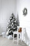 Schöner Feiertag verzierte Raum mit Weihnachtsbaum Stockfoto