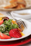 Schöner feinschmeckerischer Salat mit Erdbeeren lizenzfreie stockfotografie