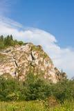 Schöner Felsen auf einem blauen Himmel des Hintergrundes stockbilder