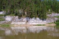 Schöner Felsen auf Küste des Flusses lizenzfreies stockbild