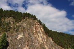 Schöner Felsen im Fluss Chusovaya im Perm stockbild