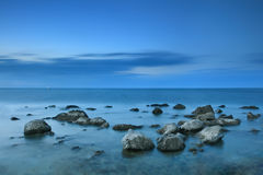Schöner felsiger Seestrand am Sonnenuntergang Lizenzfreie Stockfotos