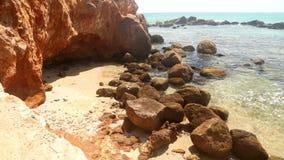 Schöner felsiger Strand in Sri Lanka stock video