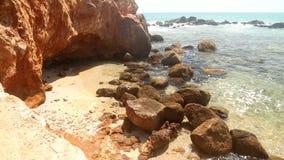 Schöner felsiger Strand in Sri Lanka stock video footage