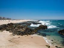 Schöner felsiger und sandiger Strand in Portugal im Sommer lizenzfreie stockbilder