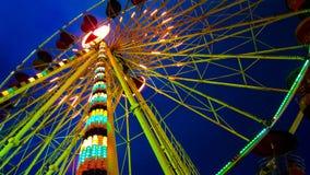 Schöner Ferris Wheel verzieren mit buntem und schöne Beleuchtung dreht sich und gezeigt im beweglichen Festivalkarneval funfai stockfotos