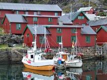 Schöner Fischereihafen in Norwegen stockfotos