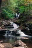 Schöner flüssiger Wasserfall im klaren Herbstwetter Lizenzfreies Stockfoto