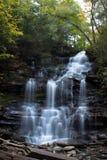 Schöner flüssiger Wasserfall im klaren Herbstwetter Lizenzfreie Stockbilder