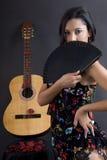 Schöner Flamencotänzer mit schwarzem Hintergrund stockfotografie