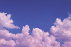 Schöner flaumiger Himmel mit Wolken tonte in der rosa Farbe Stockbild