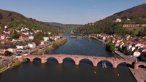 Sch?ner Flug auf dem quadcopter ?ber dem Fluss Neckar in der Stadt von Heidelberg Ansicht der alten Fu?g?ngerbr?cke deutschland stock video