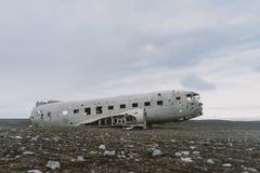 Schöner Flugzeugabsturz auf den schwarzen Stränden Schwermütige Wolken im Hintergrund Fotografie der Betäubung Island Landschafts Lizenzfreies Stockbild