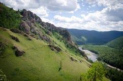 schöner Fluss in den Bergen stockfotografie