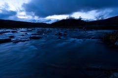 Schöner Fluss in der Dämmerung stockfotografie
