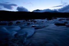 Schöner Fluss in der Dämmerung stockfoto