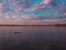 Schöner Fluss mit Kayaker Stockfoto
